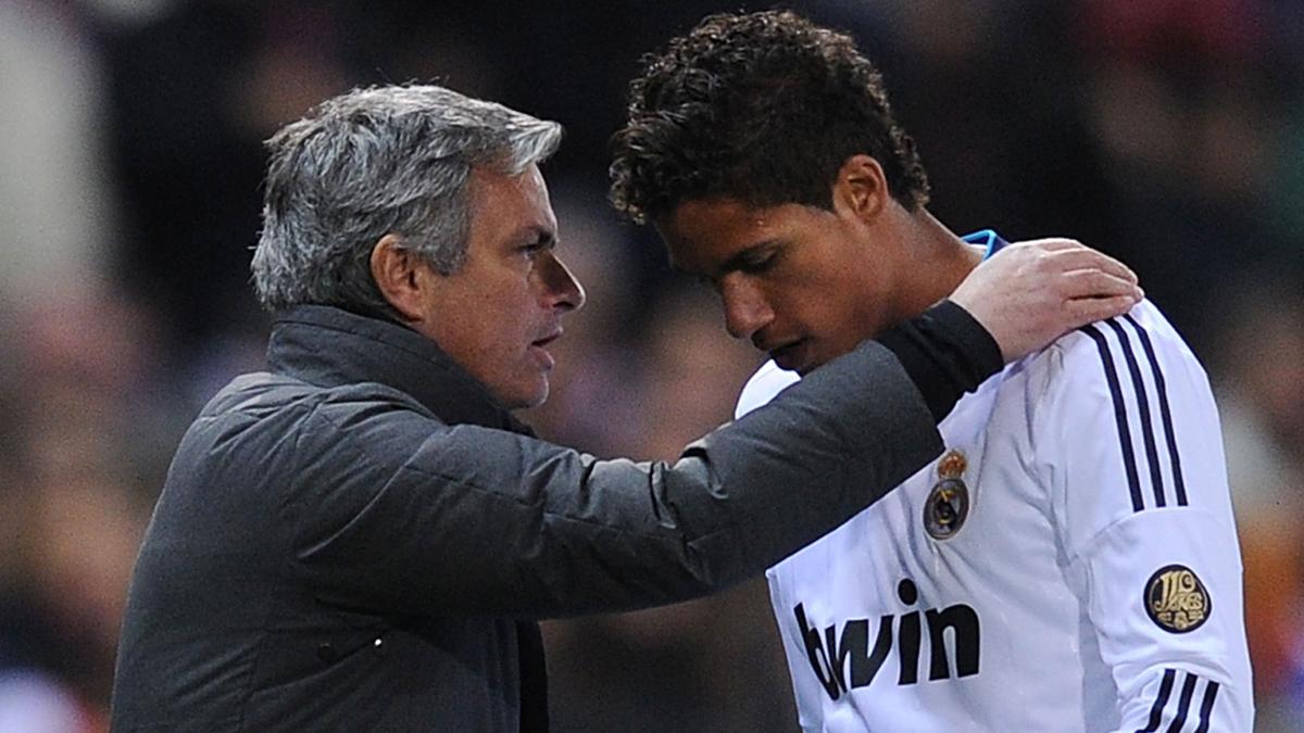 Mourinho, dándole órdenes a Varane en un encuentro.