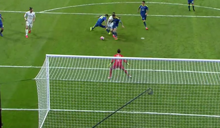 La acción en la que el Real Madrid pidió penalti sobre James Rodríguez.