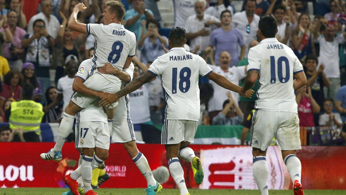 Toni Kroos celebra el gol de la victoria del Real Madrid con Lucas Vázquez de forma efusiva. (EFE)