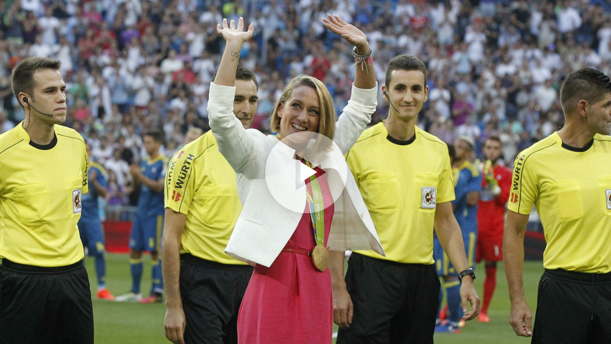 Mireia se vistió de blanco, hizo el saque de honor y se llevó la ovación del Bernabéu