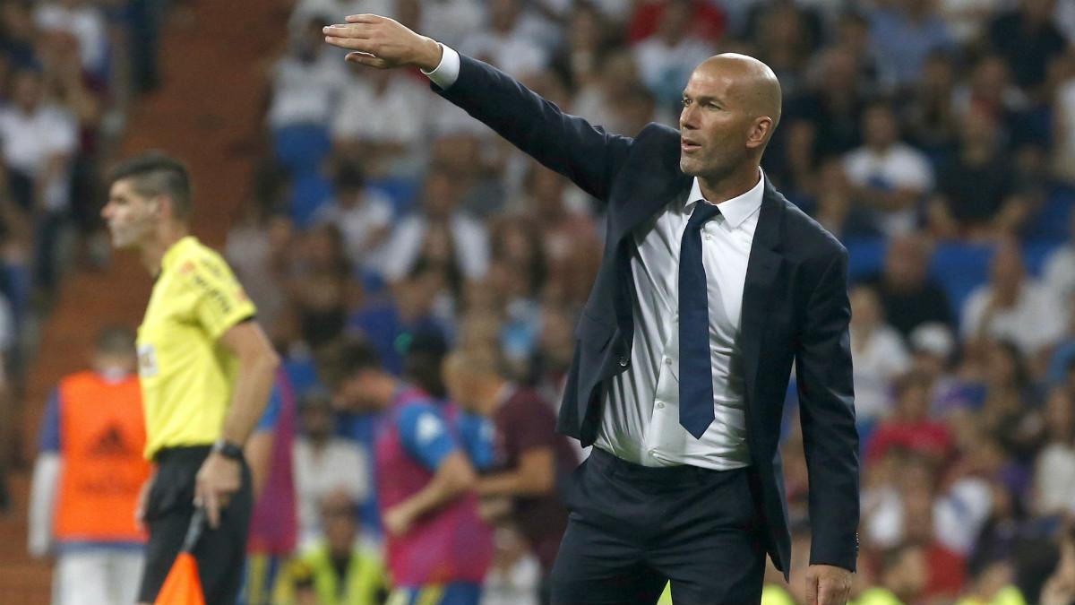 Zidane da instrucciones en el partido ante el Celta. (EFE)