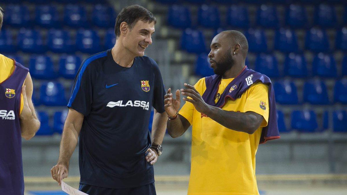 Bartzokas y Rice conversan en un entrenamiento. (@FCBasket)