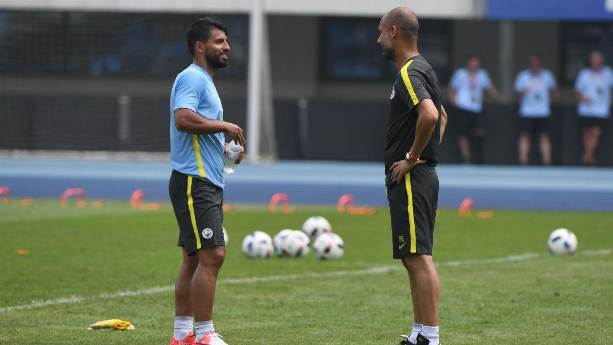 Guardiola habla con Agüero. (AFP)