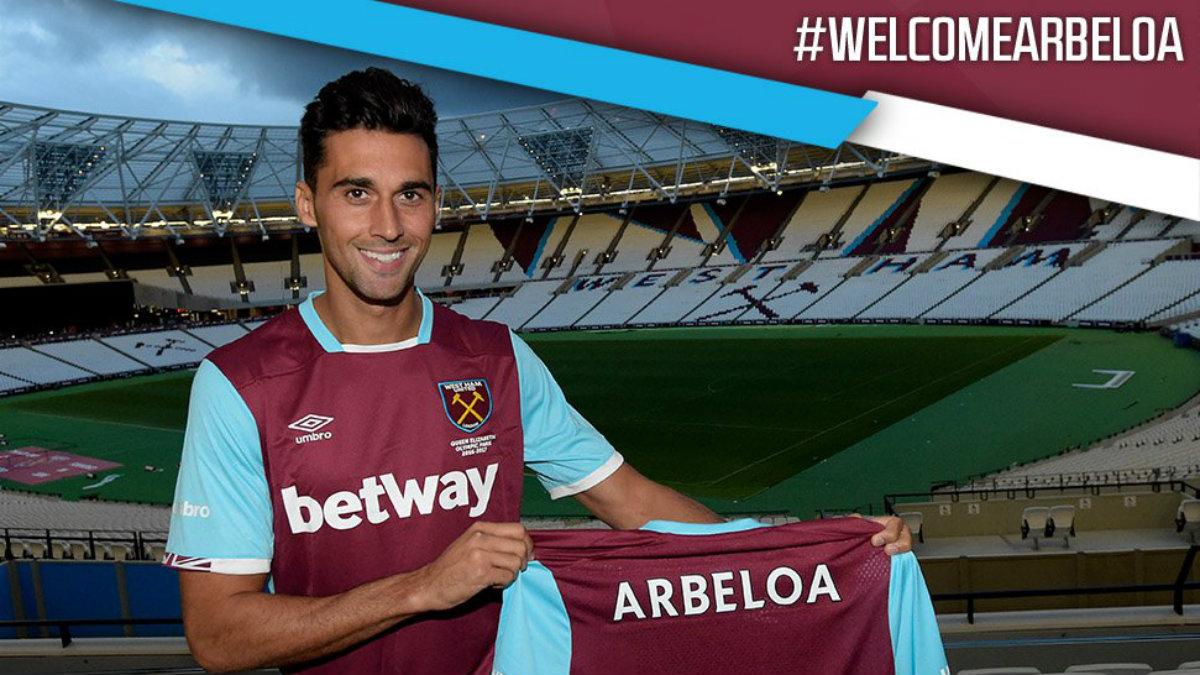 Álvaro Arbeloa posa como nuevo jugador del West Ham. (West Ham)