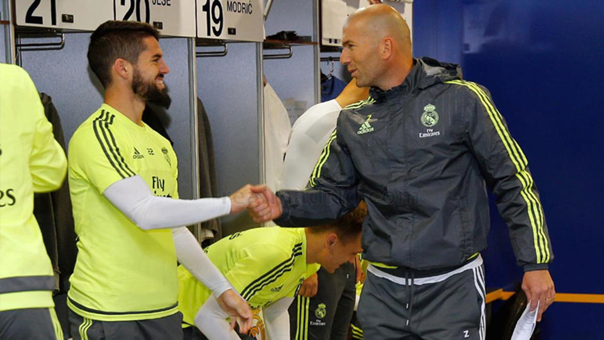 Zidane e Isco, saludándose en el vestuario.