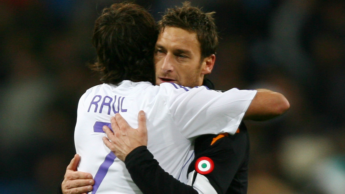 Totti se abraza con Raúl cuando ambos dominaban Europa como mediapuntas. (AFP)