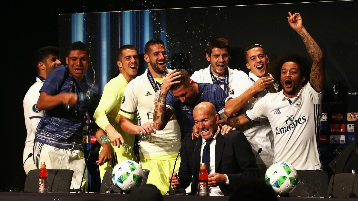 Los jugadores celebran la Supercopa con Zidane en la sala de prensa. (Getty)