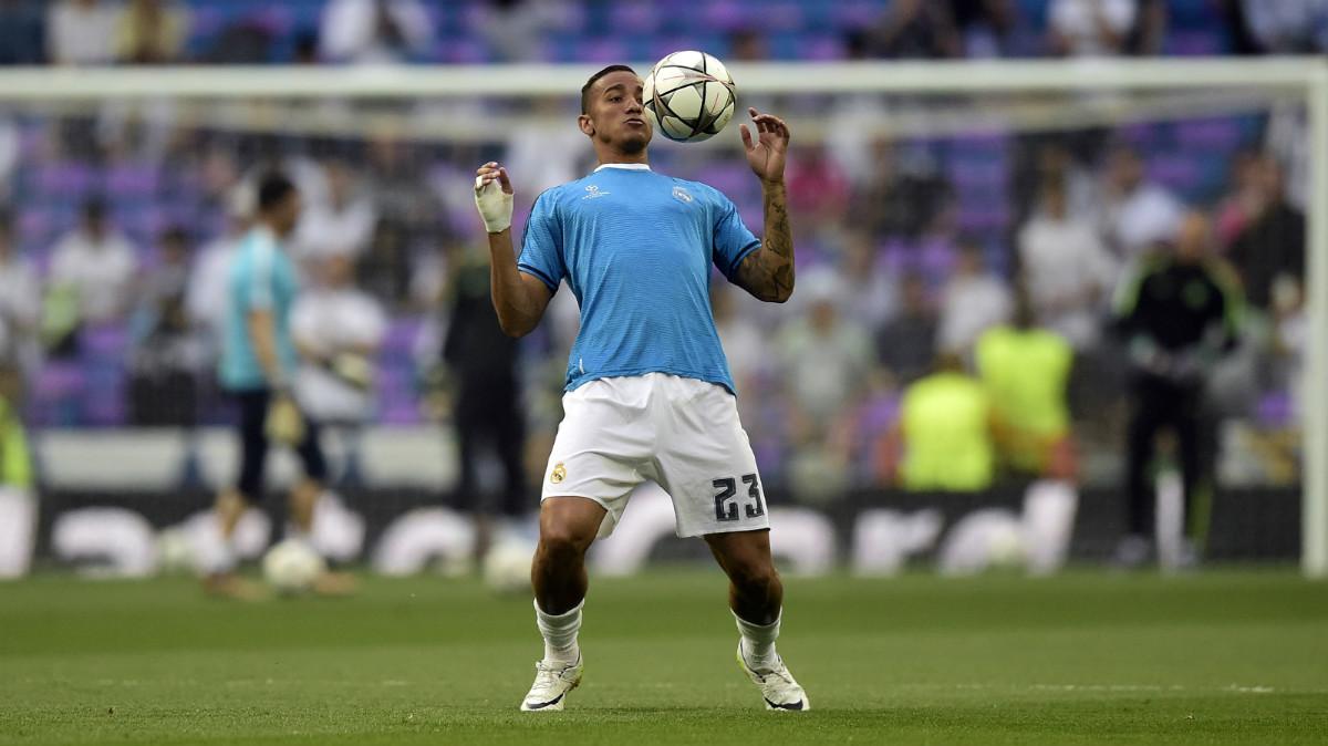Danilo calienta en el Bernabéu antes de un duelo de Champions. (AFP)