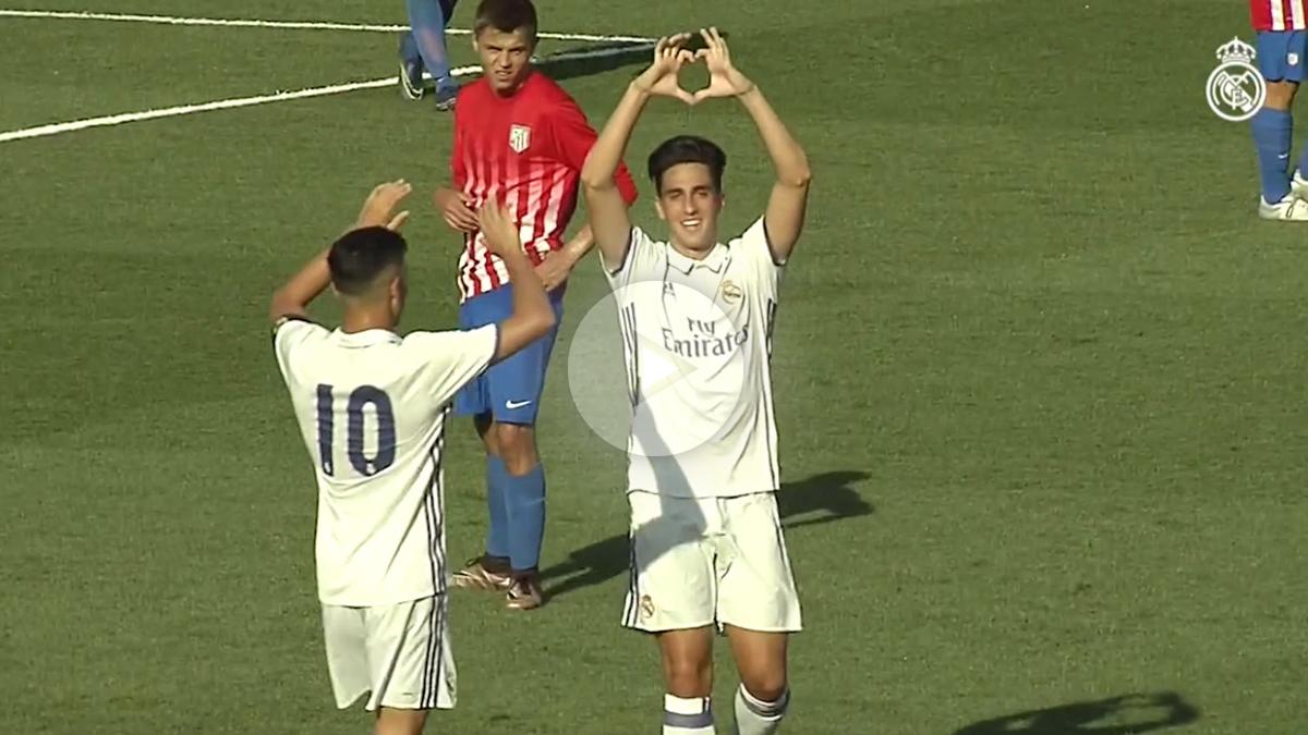 Martín Calderón celebra uno de sus dos goles con el Juvenil A.