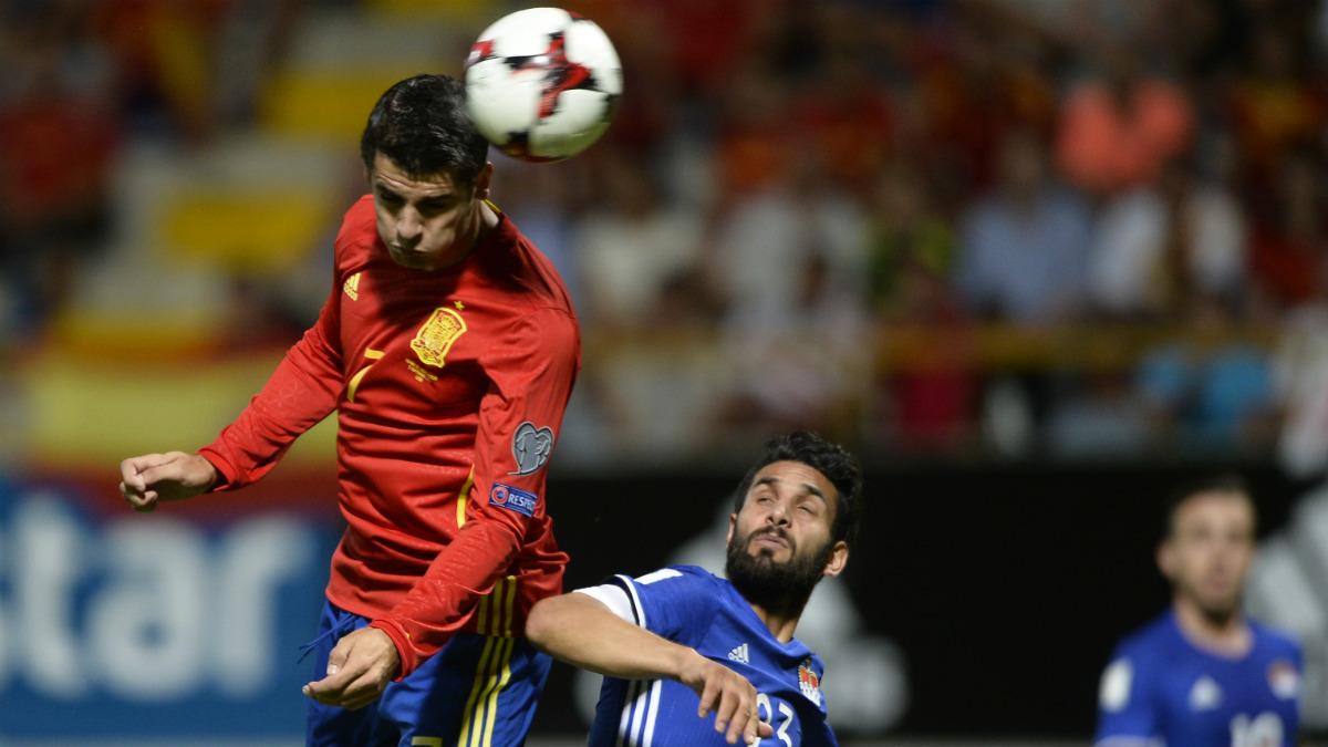 Morata cabecea un balón ante la defensa de Liechtenstein. (AFP)