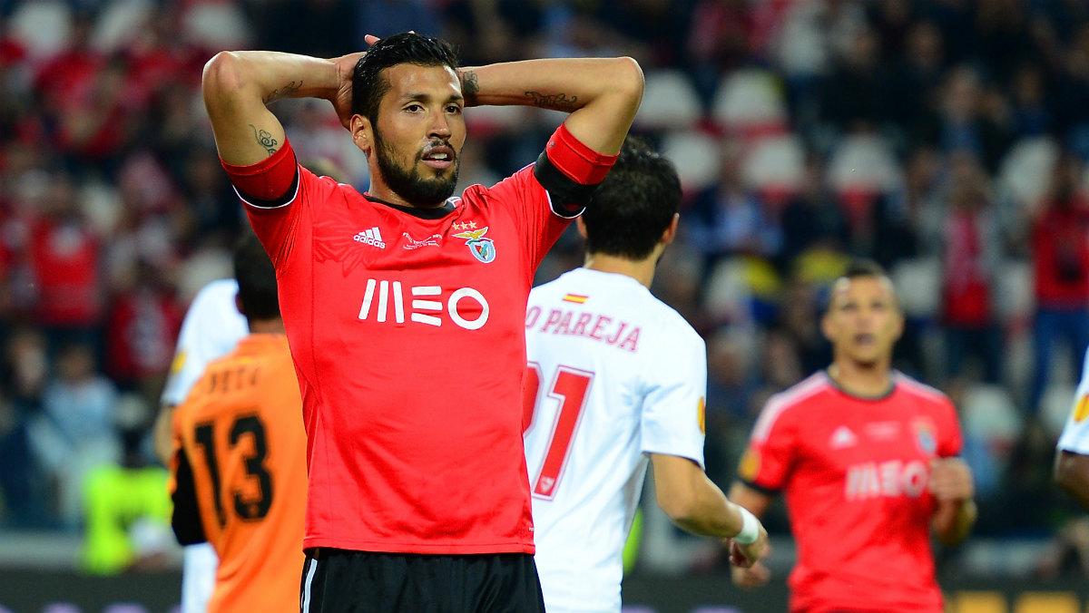Garay se lamenta en un partido con el Benfica en el Pizjuán. (Getty)