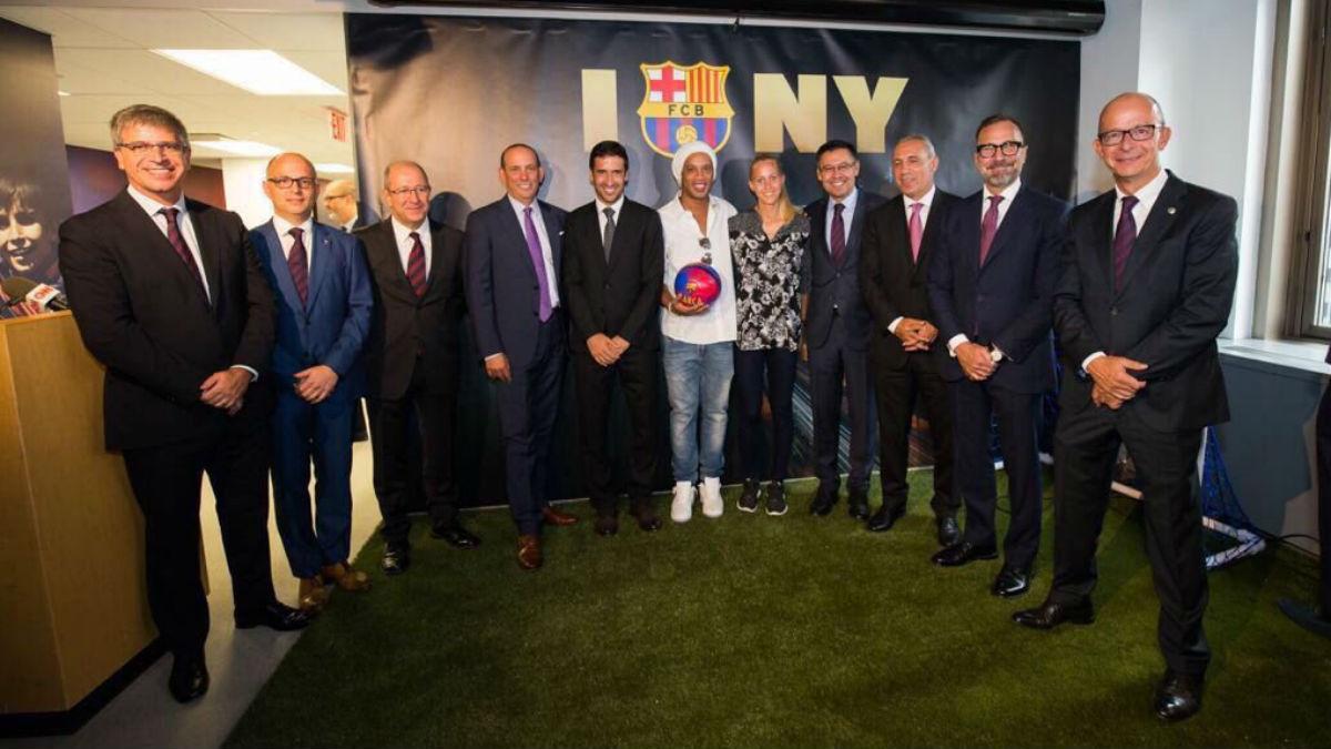 Raul posa junto a Ronaldinho y la directiva del Barcelona. (fcbarcelona.es)