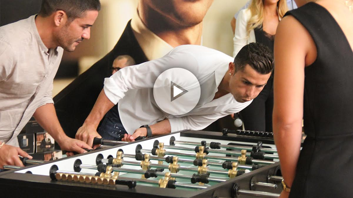 Cristiano Ronaldo juega al futbolín en la presentación de su nueva fragancia.