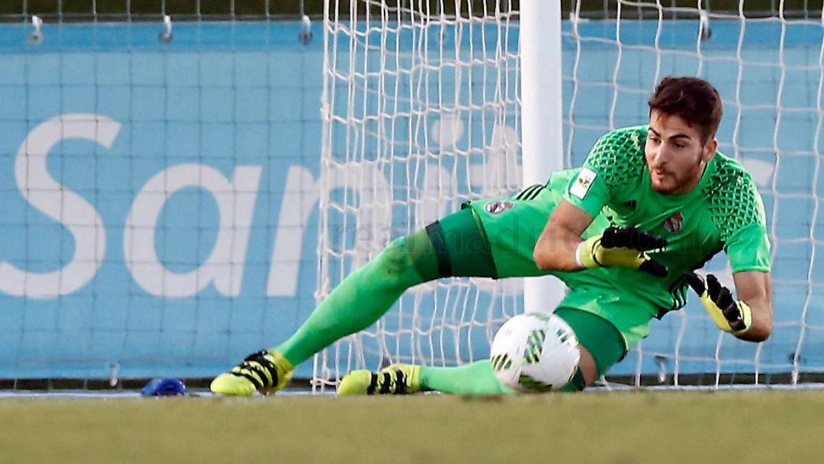 Carlos Abad atrapa un balón. (Realmadrid.com)