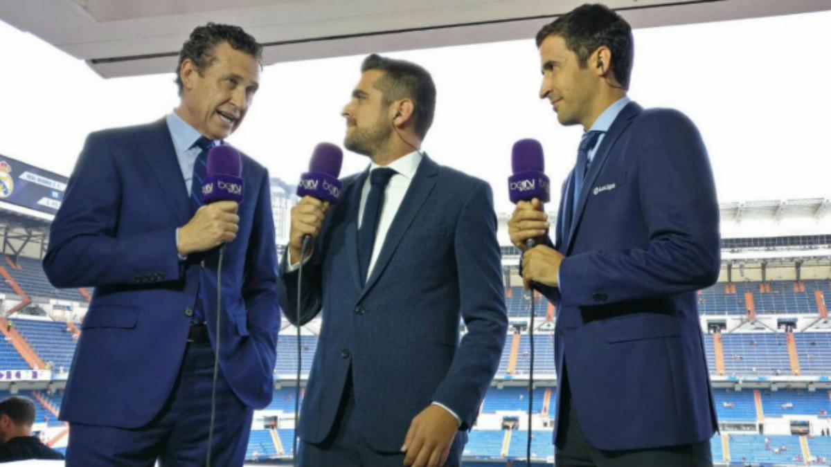 Valdano, junto a Raúl en el puesto de comentarista en el Bernabéu. (Twitter)
