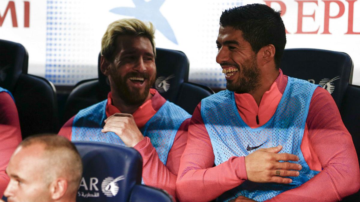 Leo Messi y Luis Suárez se ríen en el banquillo. (EFE)