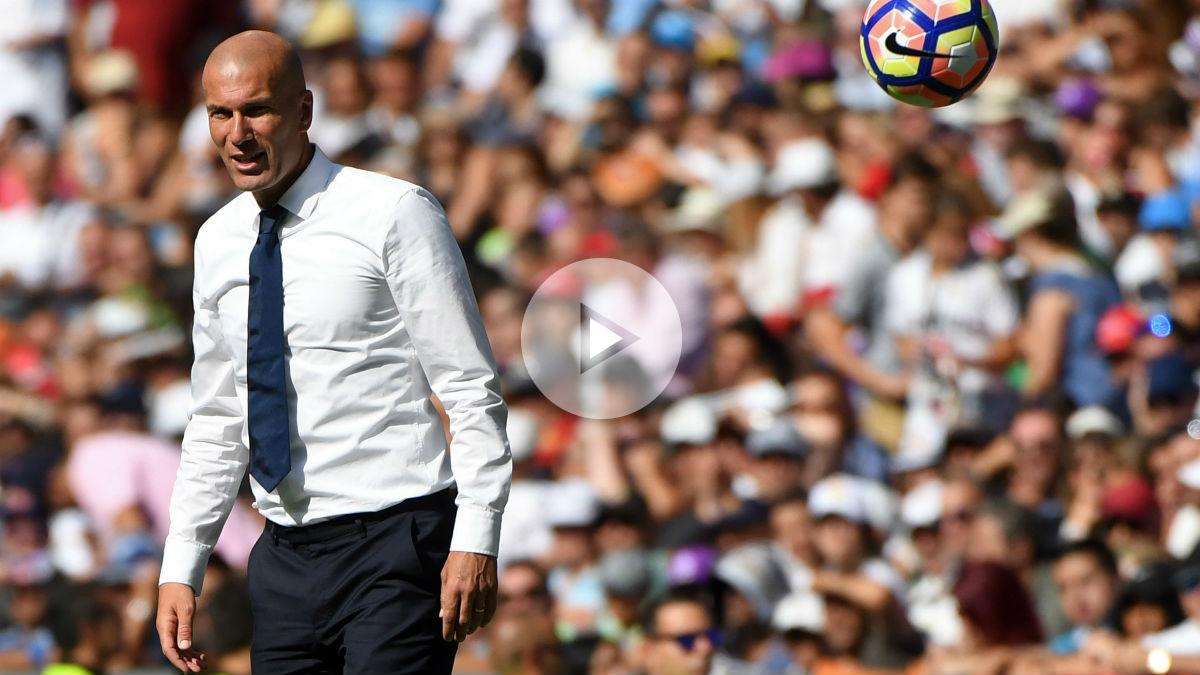 Zidane da instrucciones en el partido frente a Osasuna. (AFP)