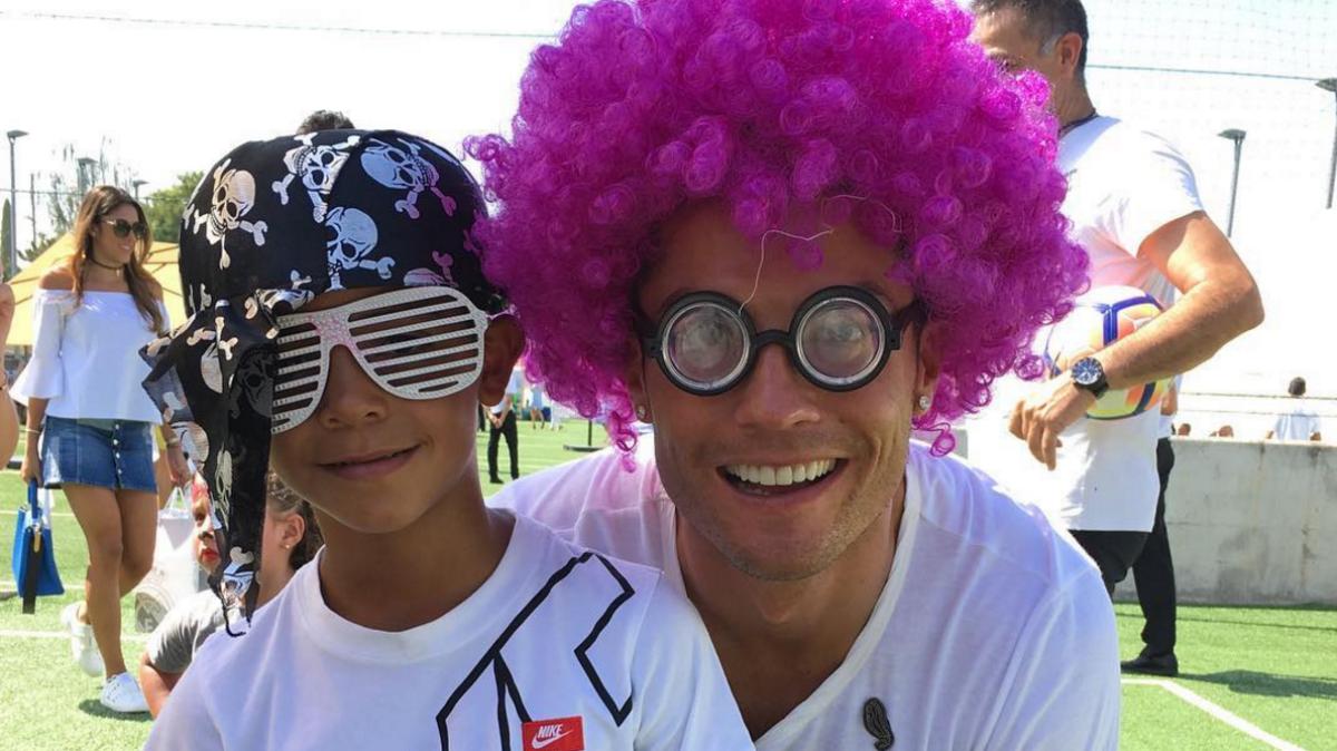 Cristiano y su hijo posan disfrazados en Valdebebas. (Instagram)