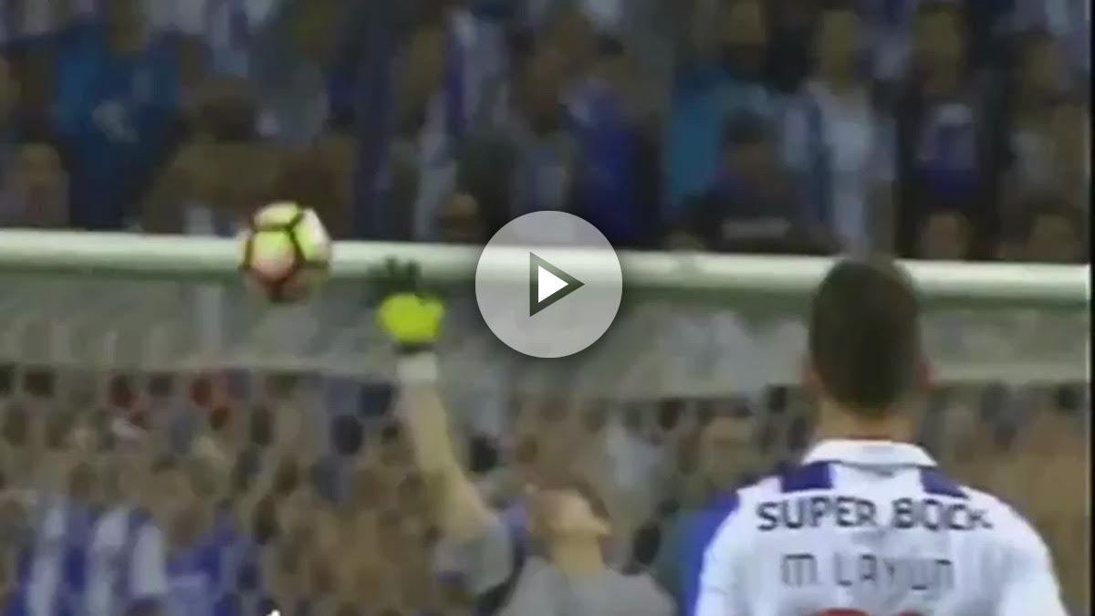 Iker Casillas hace un paradón con el Oporto.