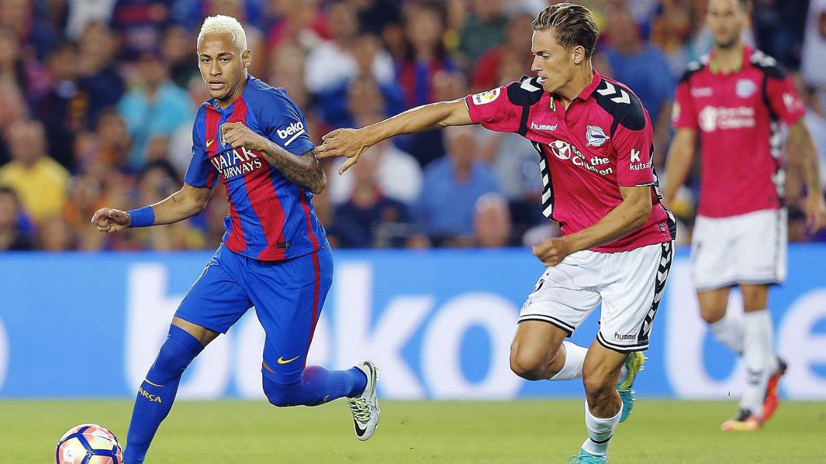 Marcos Llorente presiona a Neymar en el Camp Nou. (EFE)