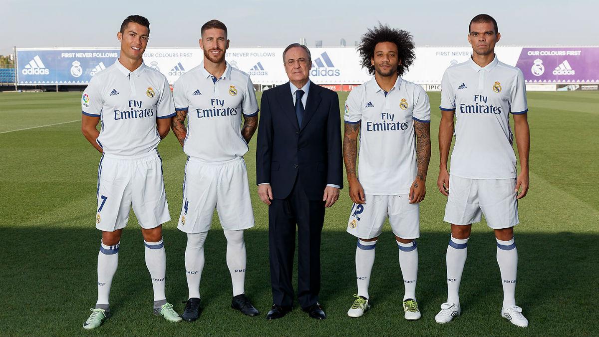 Los cuatro capitanes posan con Florentino. (Imagen: realmadrid.com)