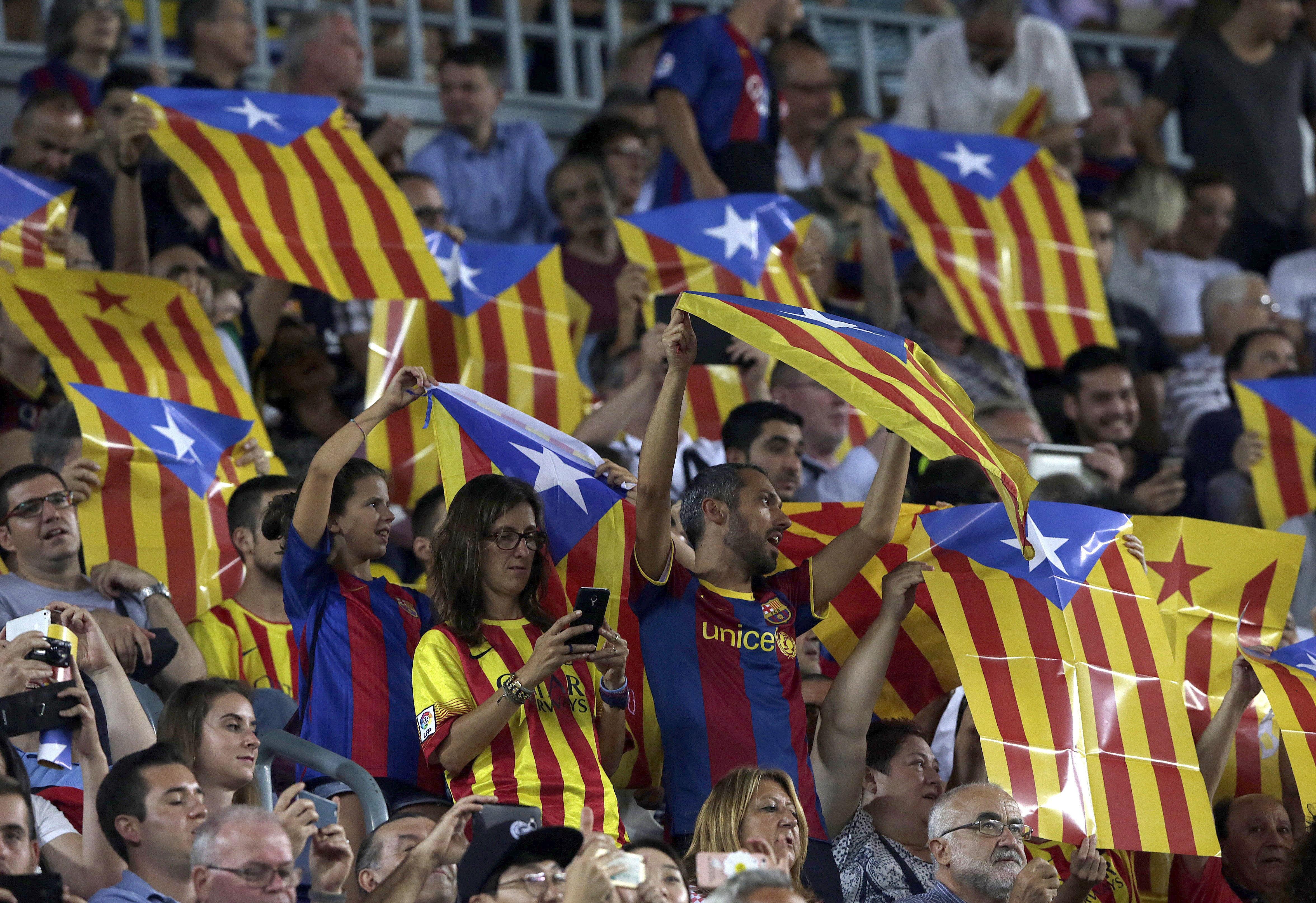La grada del Camp Nou se llenó de esteladas. (EFE)