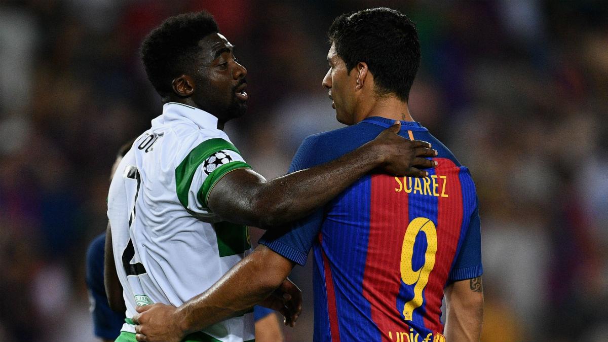 Kolo Touré se abraza con Luis Suárez. (Getty)