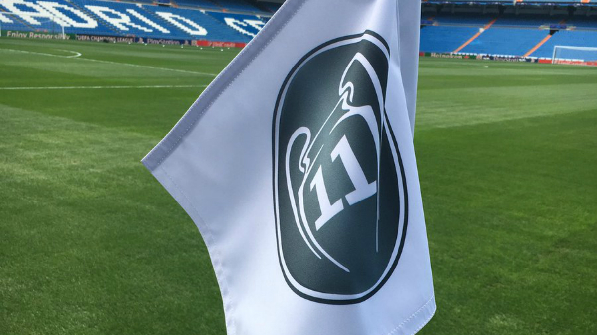 El banderín del Santiago Bernabéu con el logo de la Undécima. (@paul_pburgess)