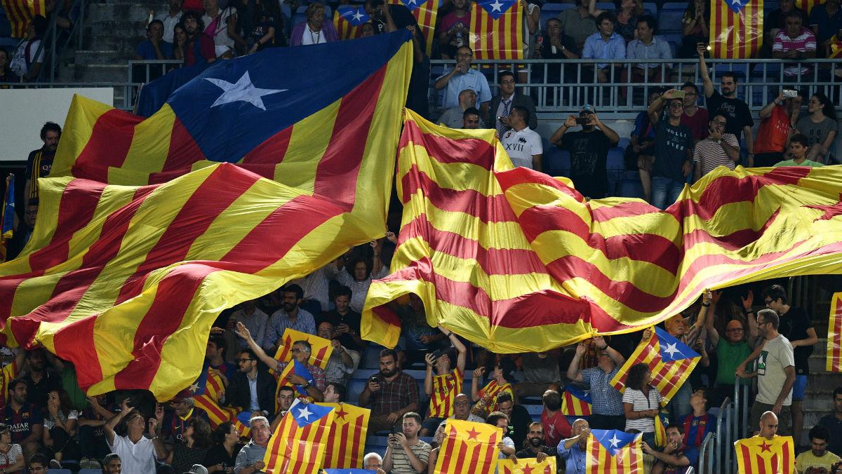 Se repartieron más de 30.000 esteladas en el Camp Nou. (Getty)