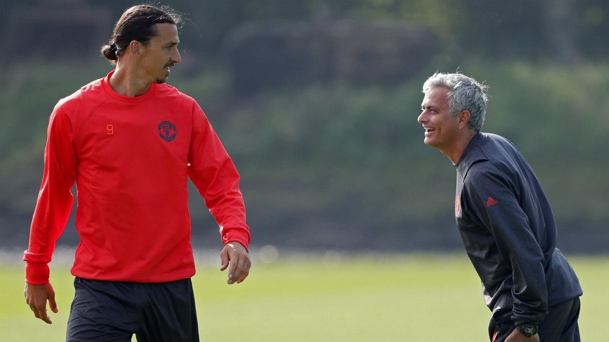 Mou, junto a Ibrahimovic en un entrenamiento del United. (Reuters)