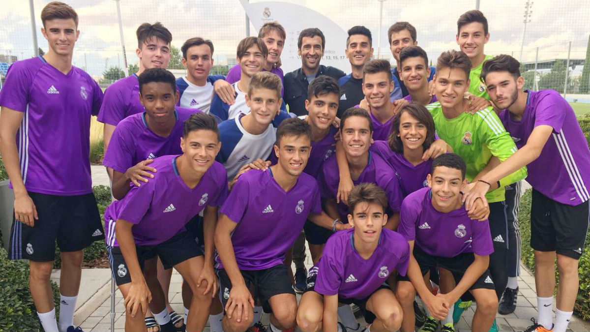 Raúl se fotografía junto al Juvenil C y Álvaro Benito. (Twitter Álvaro Benito)