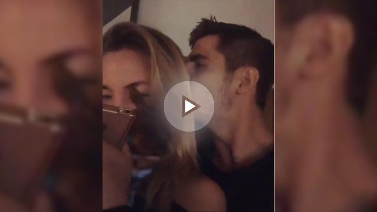 Morata celebra la victoria con su novia.