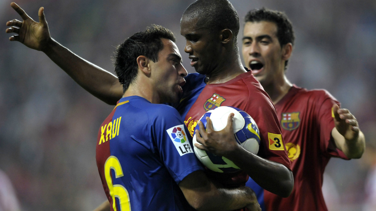 Eto'o celebra un gol junto a Xavi durante su etapa en el Barça. (AFP)