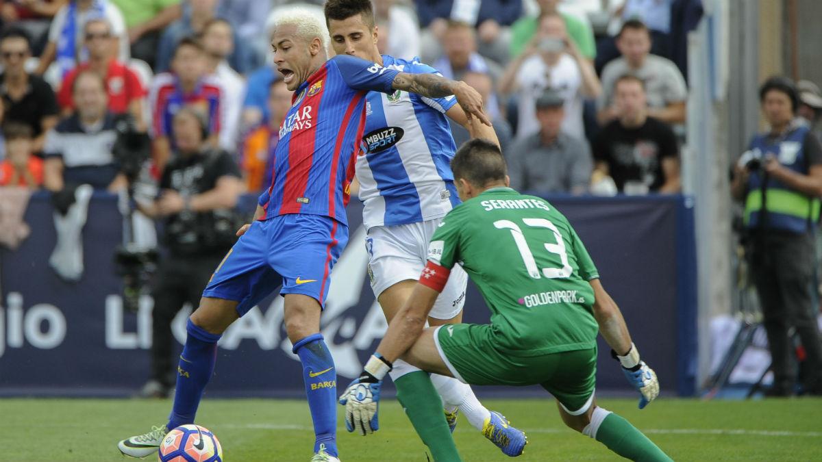 El árbitro pitó penalti sobre Neymar. (AFP)