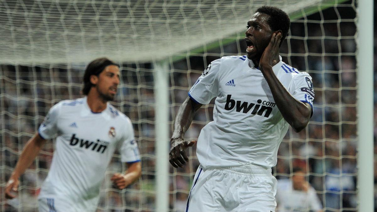 Emmanuel Adebayor celebra un gol con el Real Madrid.