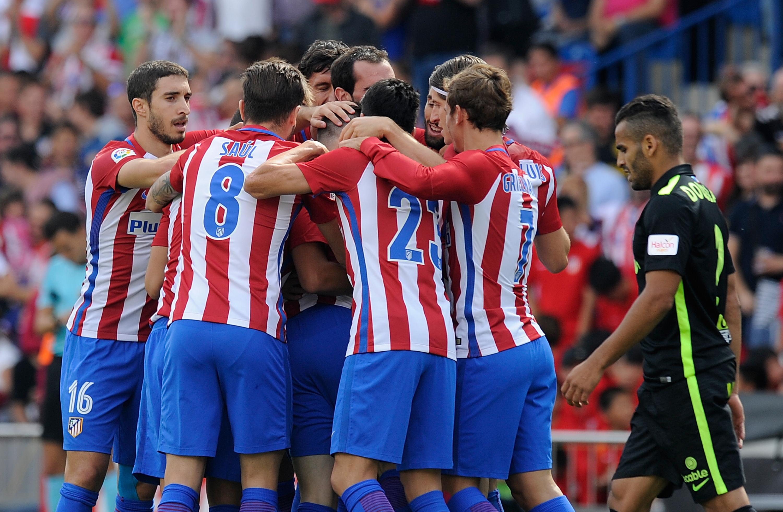 La plantilla del Atlético de Madrid abrazándose tras un gol ante el Sporting.