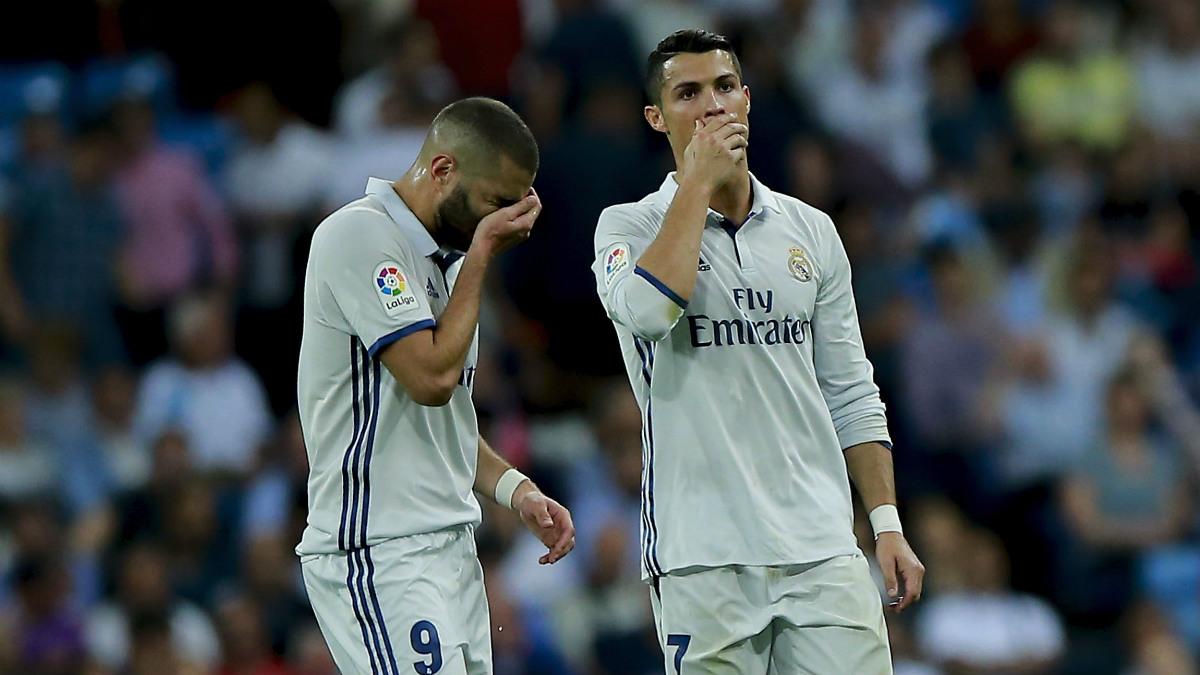 Cristiano charla con Benzema ante el Villarreal. (Getty)