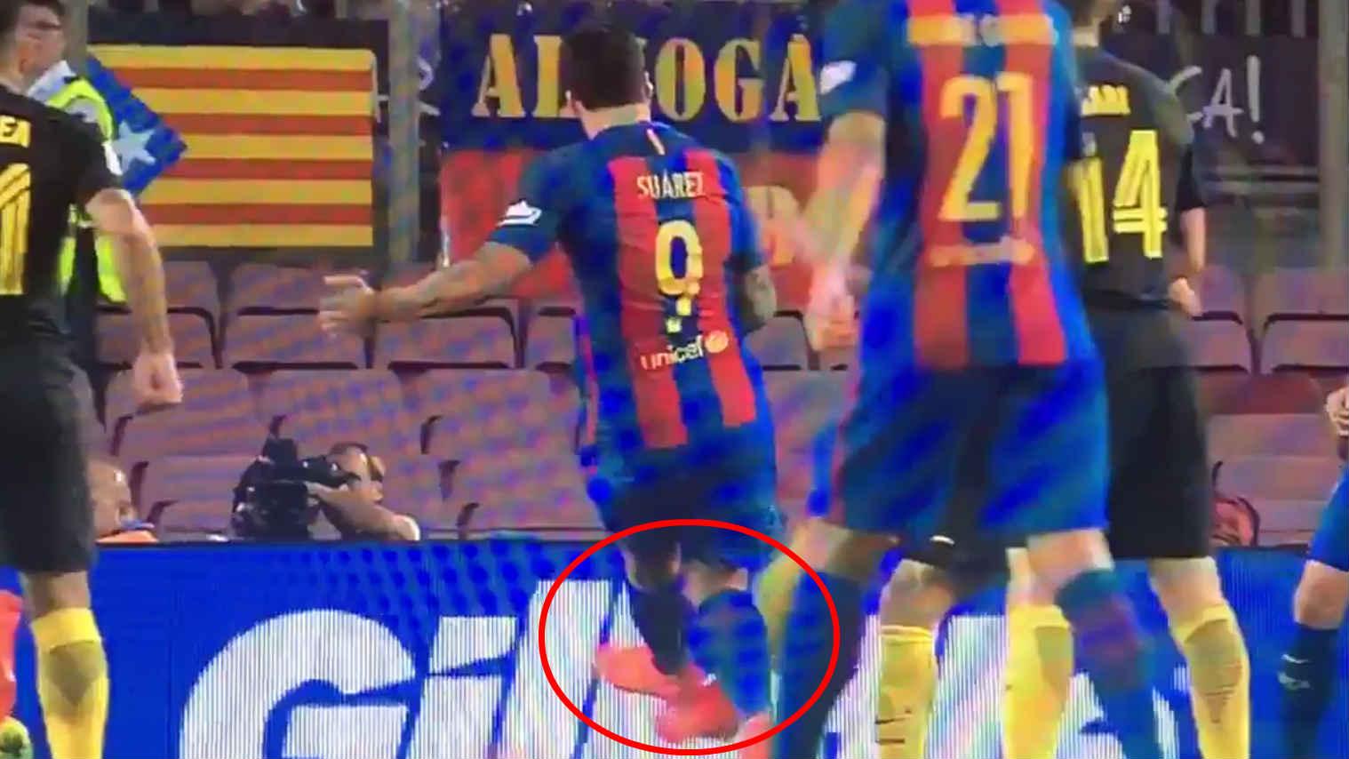 Suárez golpeó a Filipe Luis con los tacos.