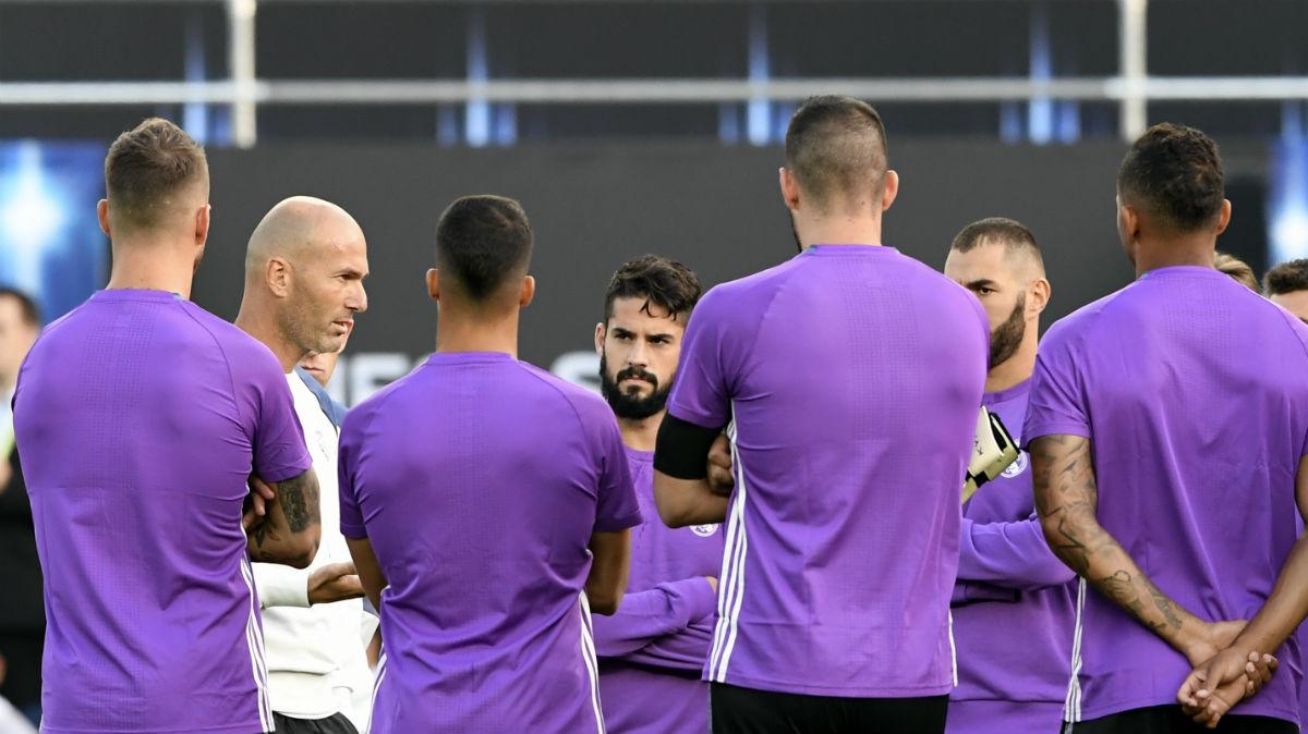 Zidane charla con su plantilla. (AFP)