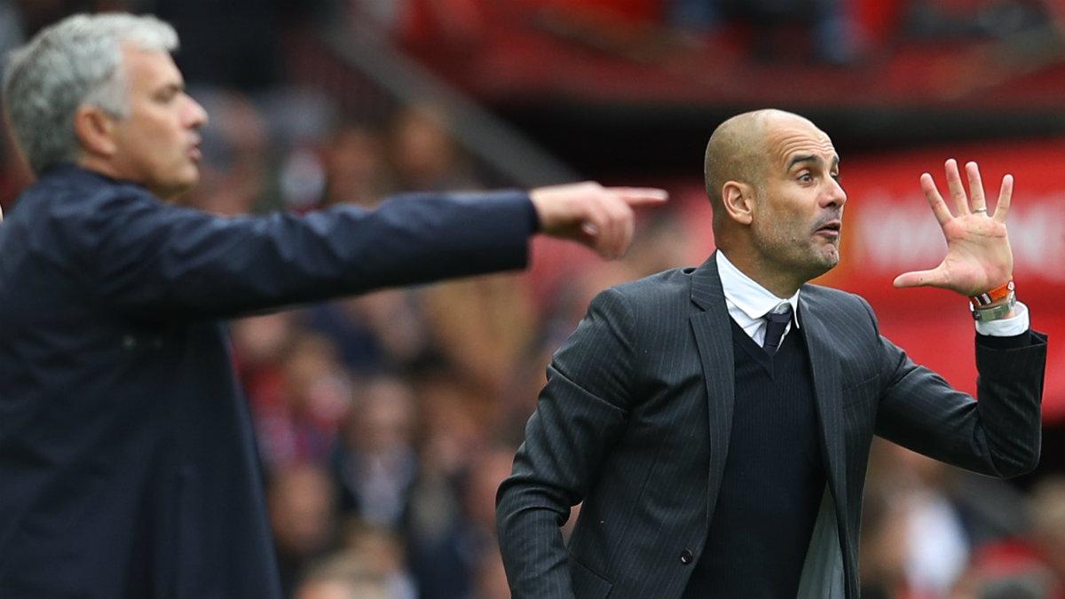 Mourinho junto a Guardiola en el derbi de Manchester. (Reuters)