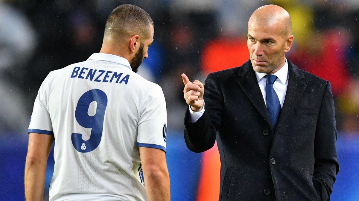 Zidane da instrucciones a Benzema en la Supercopa. (AFP)