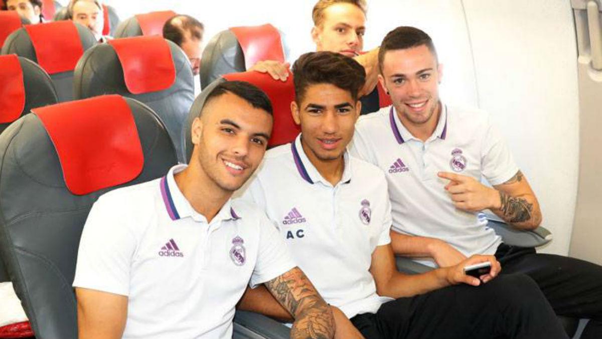 Achraf, en el centro, junto a Alex Martñin y Manu volando hacia Dortmund con el Juvenil A. (Realmadrid.com)