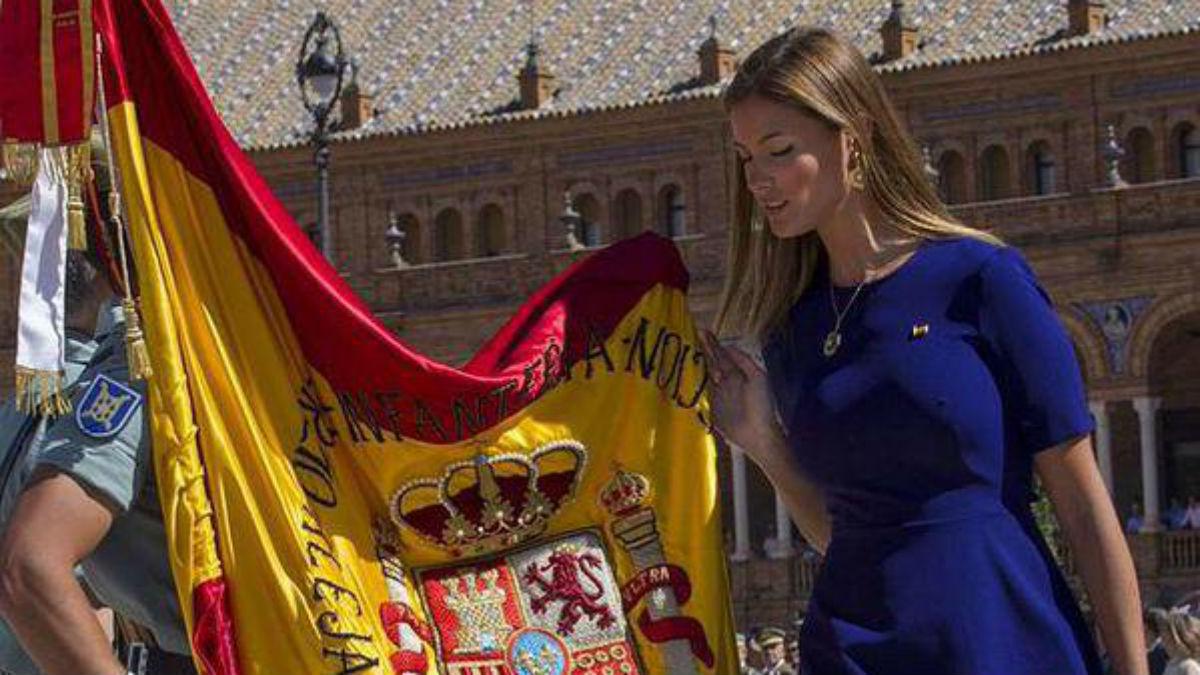 Desiré Cordero besando la bandera de España.