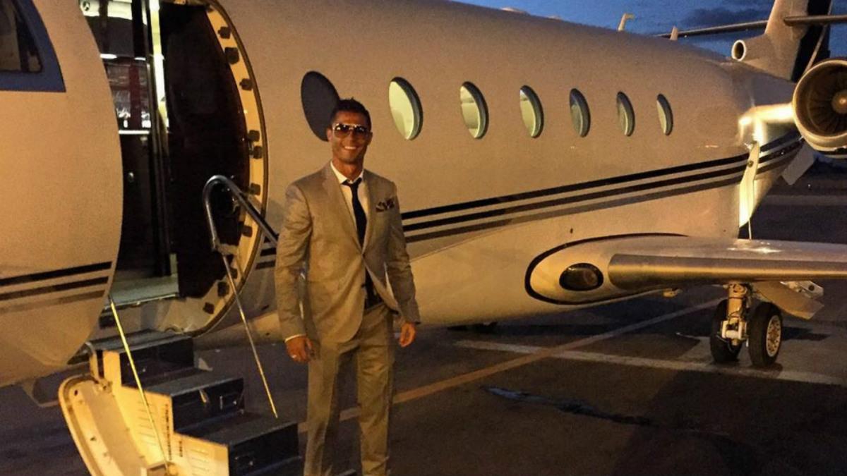Cristiano Ronaldo posa junto a su jet privado.