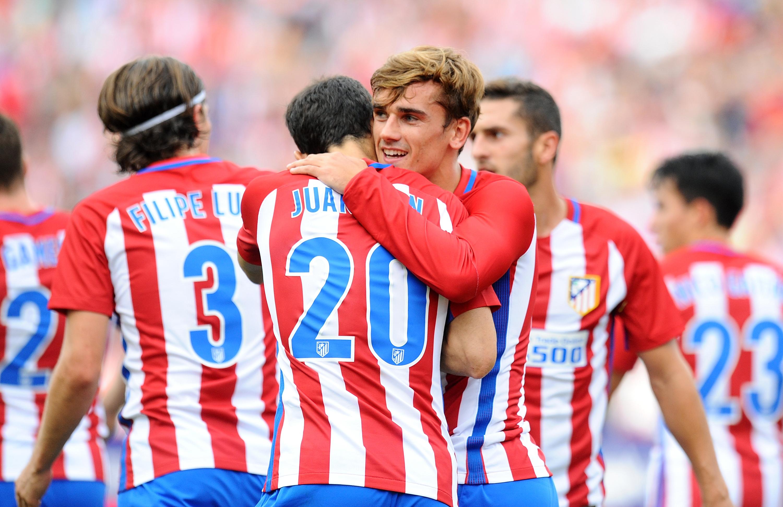 La plantilla del Atlético de Madrid abrazándose tras un gol.