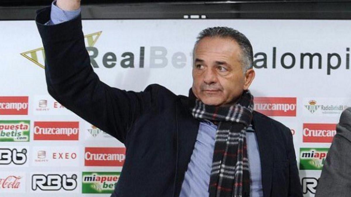 Rafael Gordillo saluda en su etapa como presidente del Betis. (Twitter)