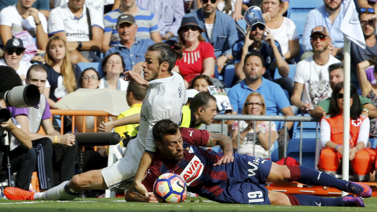 Bale y Luna pugnan por un balón. (EFE)