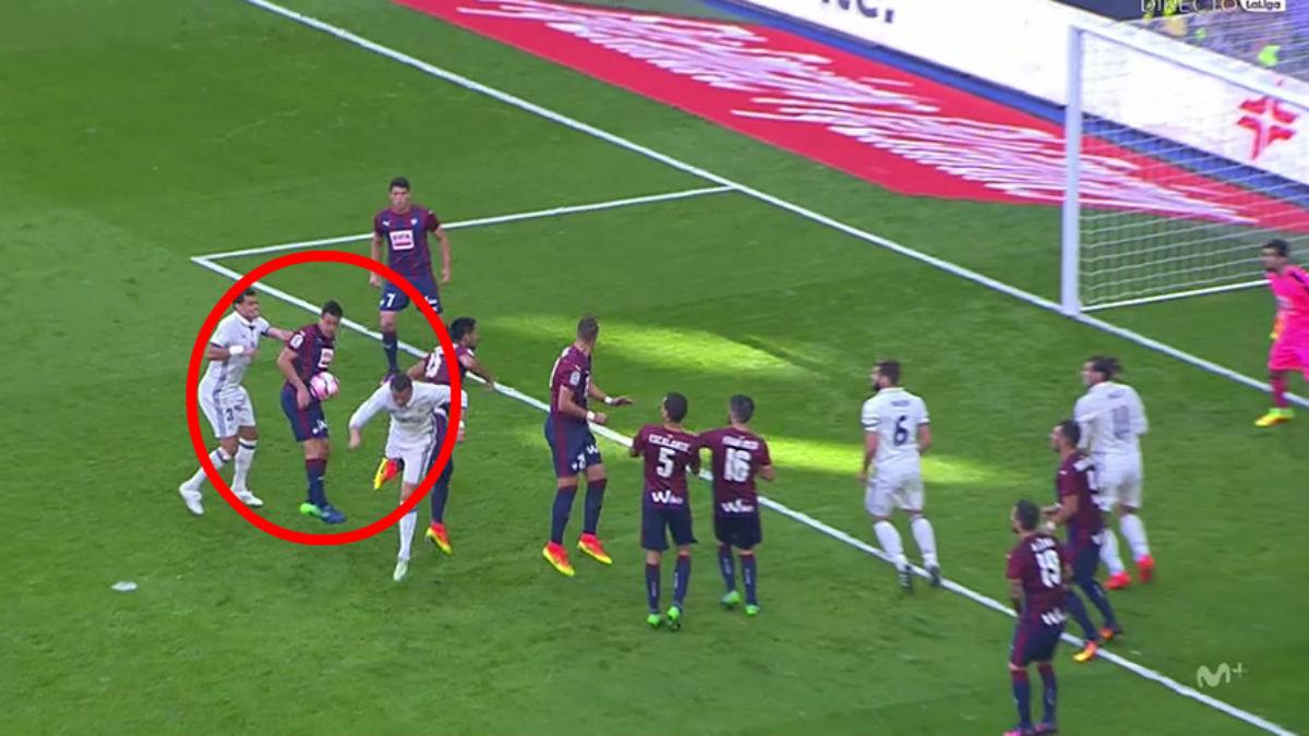 El Real Madrid reclamó penalti de Dani García.