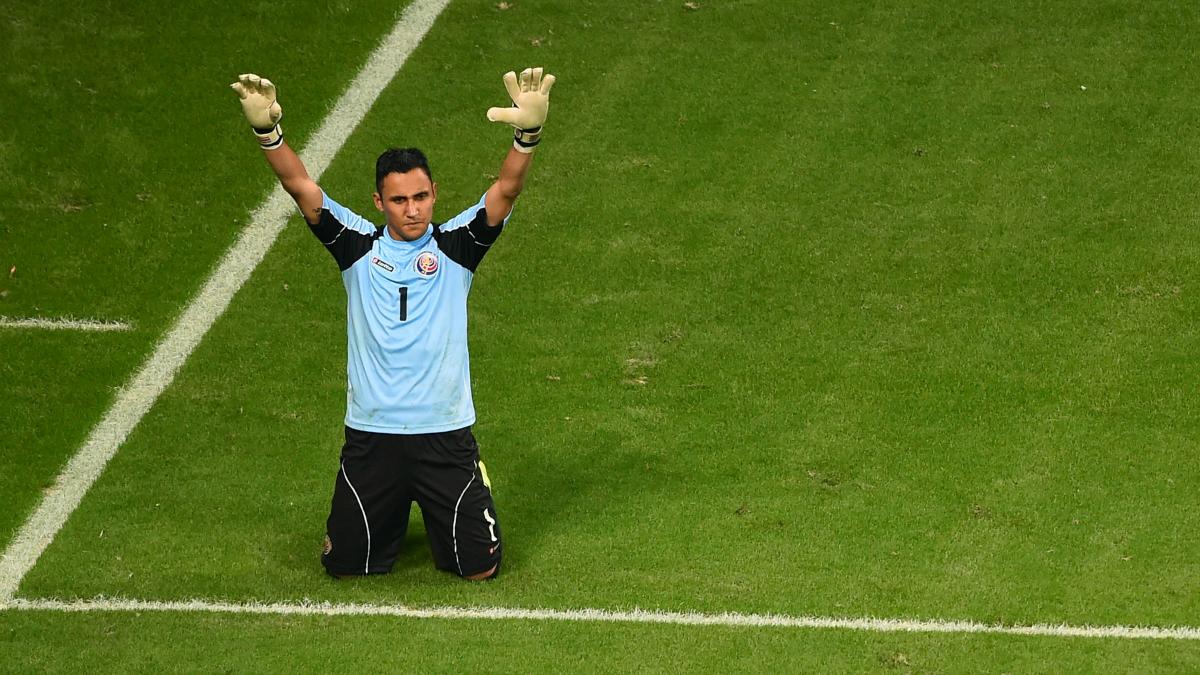 Keylor Navas reza en un partido con Costa Rica. (Getty)