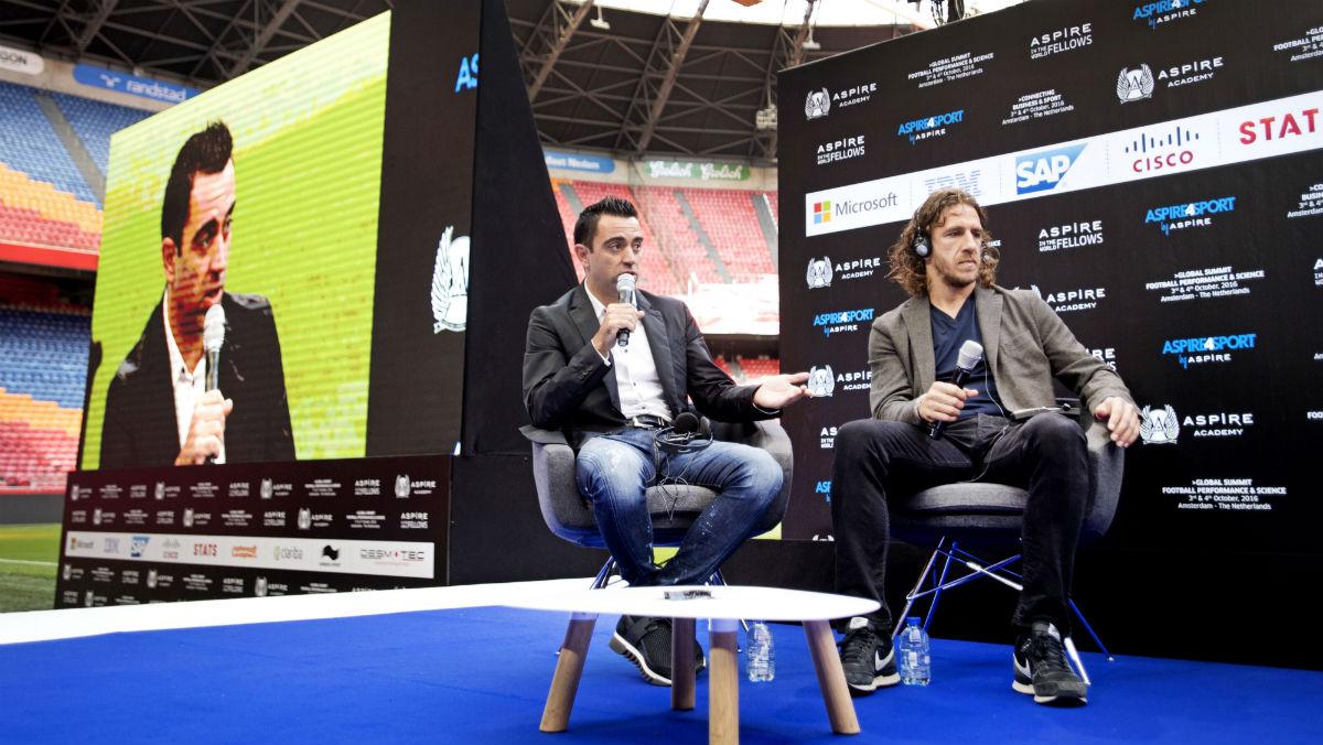 Xavi Hernández participa en un acto junto a Carles Puyol. (AFP)